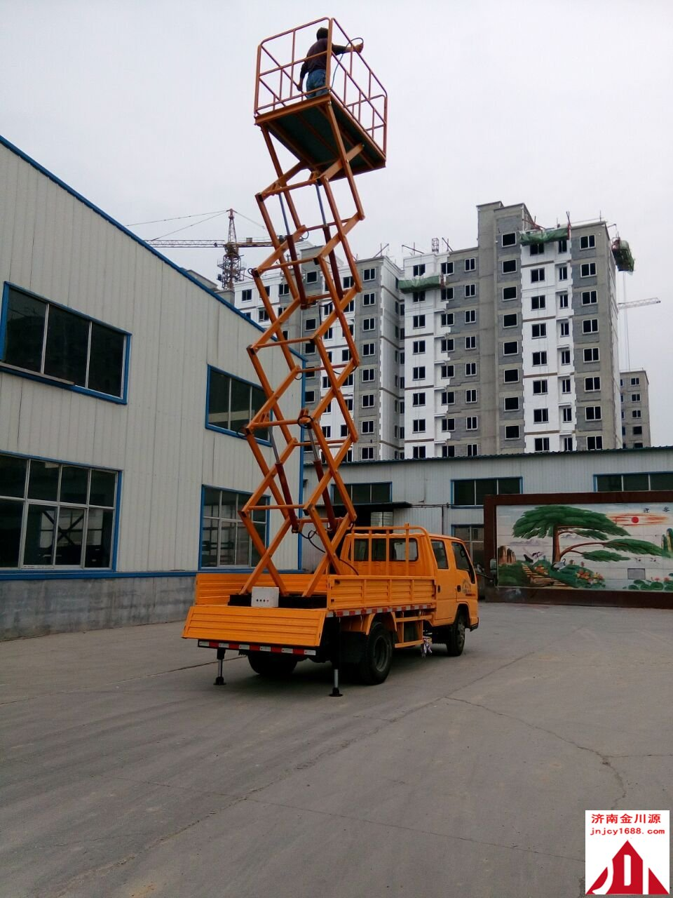 车载升降机是把升降机安装在汽车上的高空作业设备